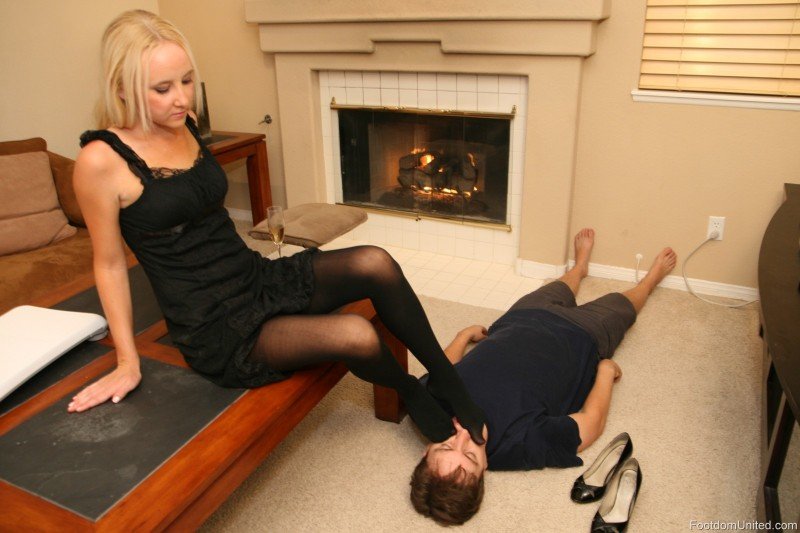 Bow dirty foot kiss lick slave smell sniff